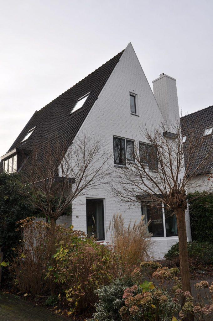 Buiten- en binnenschilderwerkzaamheden aan de Julianalaan te Overveen.