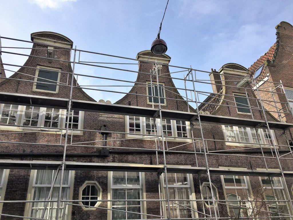 Buitenschilderwerk aan de Goudsbloemstraat te Amsterdam.